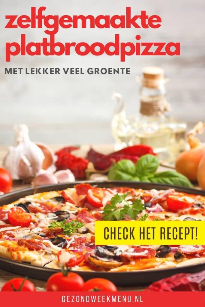 Heerlijk recept voor platbroodpizza met courgette. Deze zelfgemaakte platbrood pizza met lekker veel groente staat binnen 30 minuten op tafel! #pizza #recept